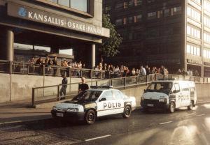 Kuva poliisin ratsiasta salakapakassa kesällä 1994