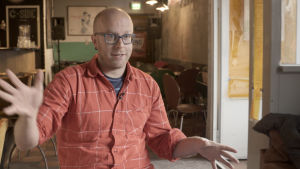 Elokuvatuottaja Jussi Rantamäki istuu haastateltavana.