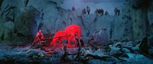 Lemmikäinen kyntää kyisen pellon palavalla hevosella elokuvassa Sampo.