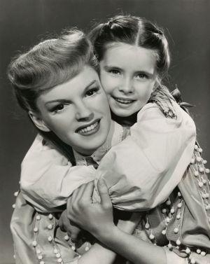 Judy Garland och Margaret O'Brien i filmen Meet Me in St. Louis 1944.