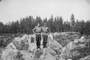 Två soldater vid pansarhindret vid Harparskoglinjen.