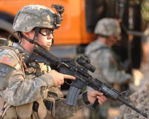 Amerikansk soldat patrullerar i Mosul 8.12.2005