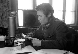 Aunuksen radio. Sotilasvirkailija, TK-mies Oke Tuuri lukee lähetyksessä kirjaa.