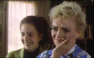 Tarja Siimes ja Liisa Lehtimaja tv-draamassa Johanneksen leipäpuu (1994).