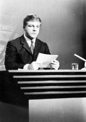 Arvi Lind lukee uutisia vuonna 1967.