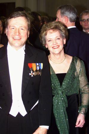 Tasavallan presidentin itsenäisyyspäivän vastaanotto Presidentinlinnassa 1999. Arvi Lind ja hänen puolisonsa Mirja Lind.