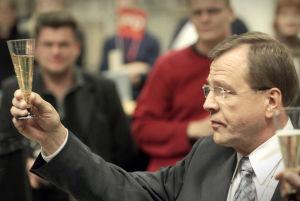 Viimeinen uutislähetys on ohi. Arvi Lind kiittää työtovereitaan kuluneista vuosista nostamalla Pommac-lasinsa.