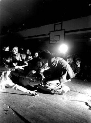Kirka tervehtii esiintymislavan reunalle pyrkivää yleisöä (1960-luku)