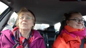 Iäkäs äiti ja tytär autossa.