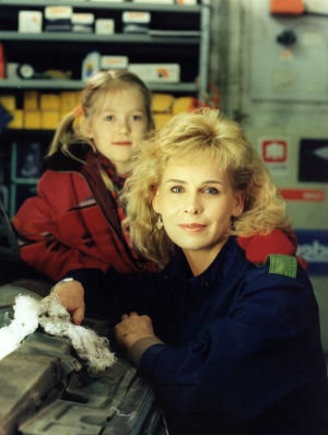 Ninni (Elina Erra) ja Karin Luotola (Anitta Niemi) vuonna 1995.