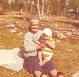 Katja Gauriloff lapsena isoisoäitinsä kanssa.
