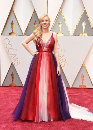 Allison Schroeder anländer till Oscarsgalan 2017.
