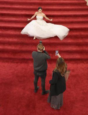 Sofia Carson anländer till Oscarsgalan 2017
