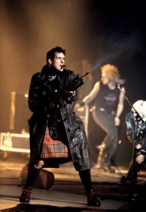 KLF-yhtyeen Bill Drummond esiintyy Brit Awards 1992 -gaalassa.
