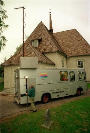 Yleisradion ääniauto Heinolan maaseurakunnan kirkon edessä aamuhartauslähetyksen jälkeen kesäkuussa 1998