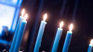 Kuvassa hääkoriste kynttilöitä