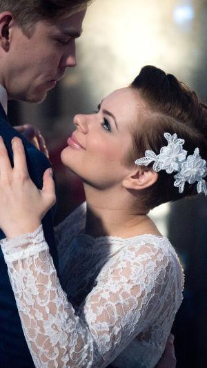 Kuvassa Terhi katsoo Reinoa rakastuneesti (Vilma Kinnunen ja Aku Sipola)