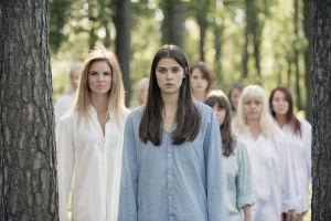 Sigrid (Inga Ibsdotter Lilleaas) elokuvassa Kvinner i for store herreskjorter