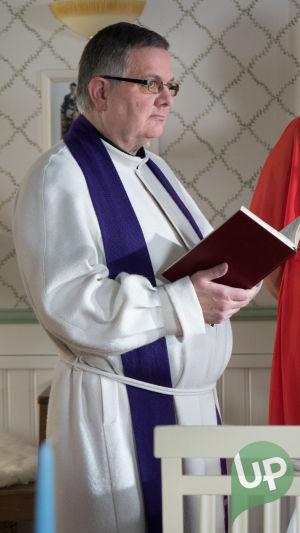 Kuvassa pappi. (Jukka-Pekka Ruusukallio)