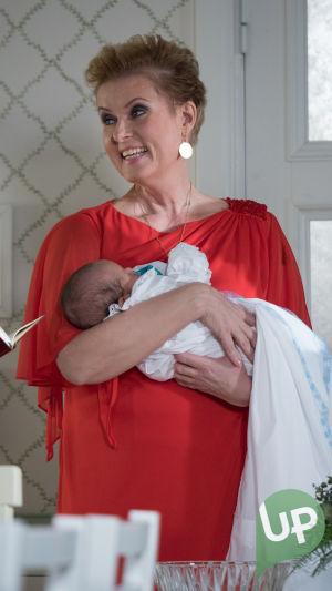 Kuvassa kummi Lissu Oula-vauva sylissään. (Hanna-Riikka Siitonen)