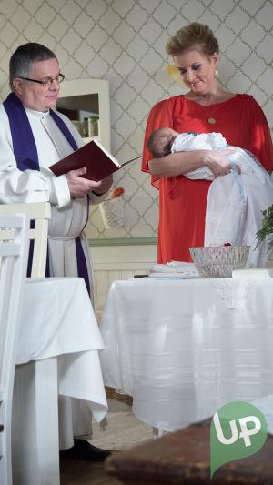 Kuvassa pappi ja Lissu Oula sylissään.