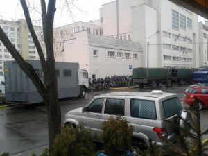 Vitryska säkerhetspoliser har samlats på andra sidan gatan i väntan på att stoppa demonstranter
