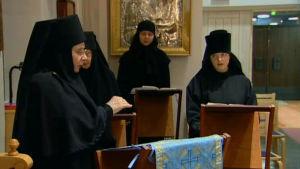 Nunnien kirkkokuoro laulamassa