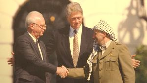 Jitzhak Rabin, Bill Clinton ja Jasser Arafat Washingtonissa 1993.