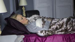 Marika makaa sängyssä