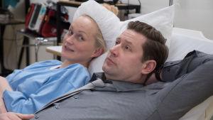 Marika ja Tero makoilevat sairaalasängyssä