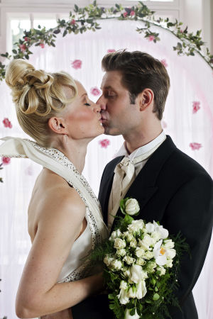 Tero ja Marika suutelevat