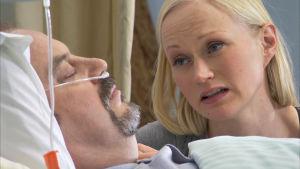 Marika katsomassa isäänsä sairaalassa