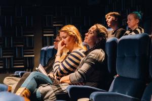 yleisö eläytyy kuuntelemaan