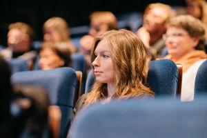 Nuori nainen kuuntelee keskittyneesti