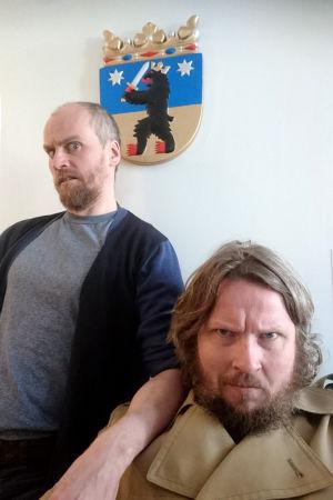 Mika Rättö ja Jussi Lehtisalo Porin vaakunan edessä