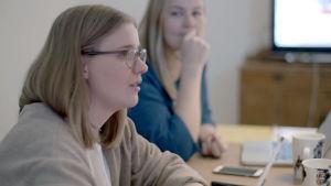Sofia De Vocht ja Inari Virkkala neuvotteluhuoneessa.