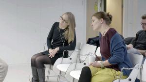 Maiju Suomi ja Jenni Reuter opetustilanteessa Aalto-yliopistolla.