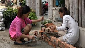 Kouk Khleangin nuorisotalolla rakennetaan kasvien istutusallasta.