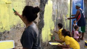 Aalto-yliopiston työpajan osanottajat maalaavat seinää Tagbilaranissa Filippiineillä.