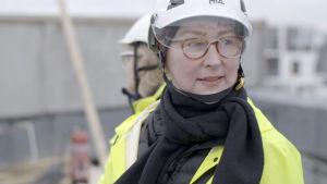 Pia Ilonen Vihreistä vihrein -rakennuksen työmaalla Helsingin Jätkäsaaressa.