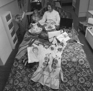 Barn uppvaktar sin mor på mors dag.