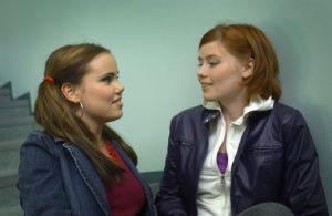 """Yleisradion televisio-ohjelma komediasarja (draamasarja) """"Rakastuin mä luuseriin"""". Näyttelijät Sara Melleri (roolinimi Iina) ja Hanna Juvonen (roolinimi Outi). Roolikuva. Yleisradion ohjelmat."""