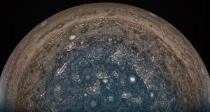 Planeten Jupiters sydpol med stormar.