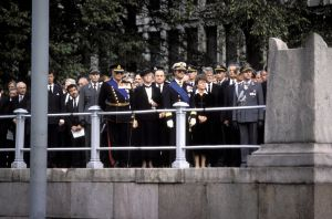 Urho Kekkosen hautajaiset. Arvovaltaista saattoväkeä Suurkirkon tasanteella. Mm pohjoismaiden päämiehiä: Norjan kuningas Olavi V, Islannin presidentti Vigdis Finnbogadottir, Ruotsin kuningas Kaarle XVI Kustaa, Norjan pääministeri Gro Harlem Brundtland ja