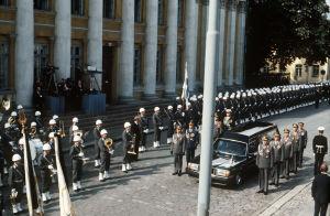 Urho Kekkosen hautajaiset. Presidentti Urho Kekkosen arkku saapuu suurkirkon eteeen.