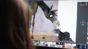 Linda Bondestam illustrerar vid datorn