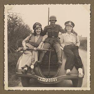 saksalainen sotilas ja ranskalaisia naisia