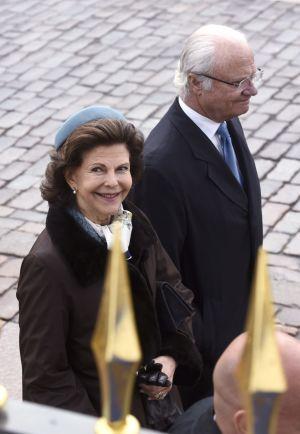 Sveriges drottning Silvia och kung Carl XVI Gustaf i närbild utanför presidentens slott.