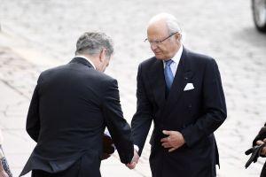 Kung Carl XVI Gustaf och president Sauli Niinistö skakar hand med varandra.
