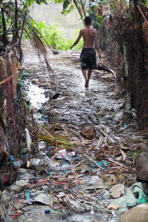 Vägen ner till floden är full av avfall.